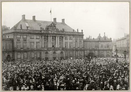 Crowd at Amalienborg Palace
